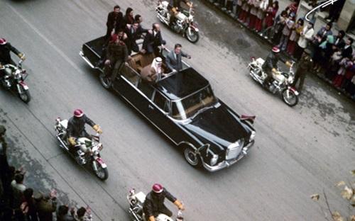 صورة خالد بن عبد العزيز وحافظ الأسد على عربة مكشوفة بدمشق عام 1975