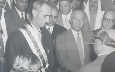 صورة صبري العسلي رئيس الوزراء السوري يقلد حسن جبارة وسام الاستحقاق السوري