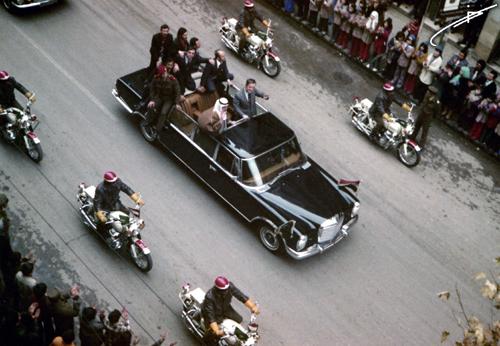 خالد بن عبد العزيز وحافظ الأسد على عربة مكشوفة بدمشق عام 1975