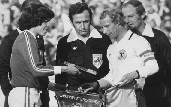 فاروق بوظو في المباراة التي جرت بين منتخب المانيا ومنتخب المكسيك عام 1978