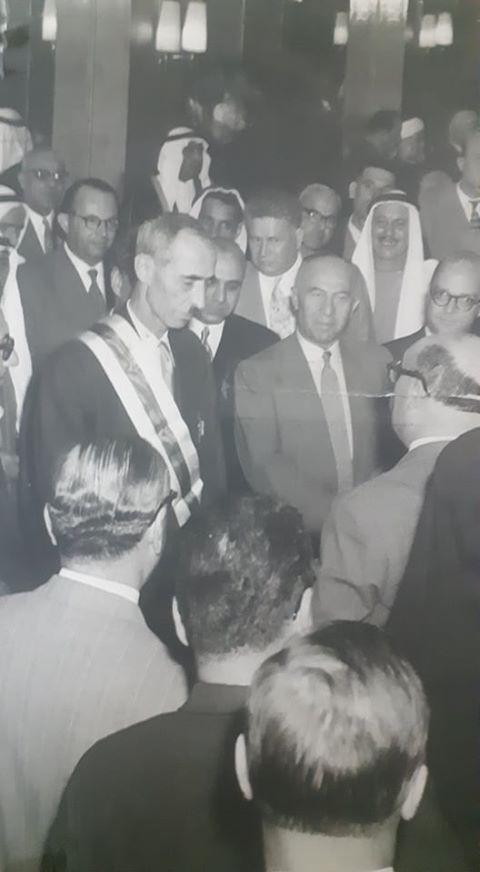 صبري العسلي رئيس الوزراء السوري يقلد حسن جبارة وسام الاستحقاق السوري