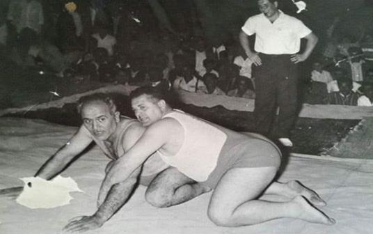 البطلان صبحي البلح وعربي الخبايتي على حلبة المصارعة عام 1958