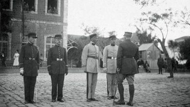 صورة حمص – جنود فرنسيون بالقرب من السرايا القديمة في بداية عشرينيات القرن العشرين