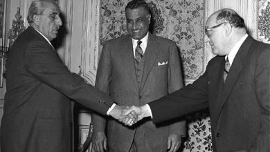 صورة القاهرة 1958 – شكري القوتلي يصافح صبري العسلي بحضور جمال عبد الناصر