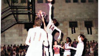 صورة دمشق 1971-  المنتخب العسكري السوري بكرة السلة ضد نظيره الأميريكي