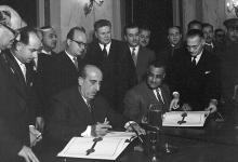 القاهرة 1958-جمال عبد الناصر وشكري القوتليأثناء التوقيع على ميثاق الوحدة (2)