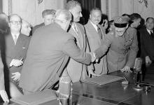 صورة القاهرة 1958- الرئيسانجمال عبد الناصر وشكري القوتليأثناء التوقيع على ميثاق الوحدة (1)