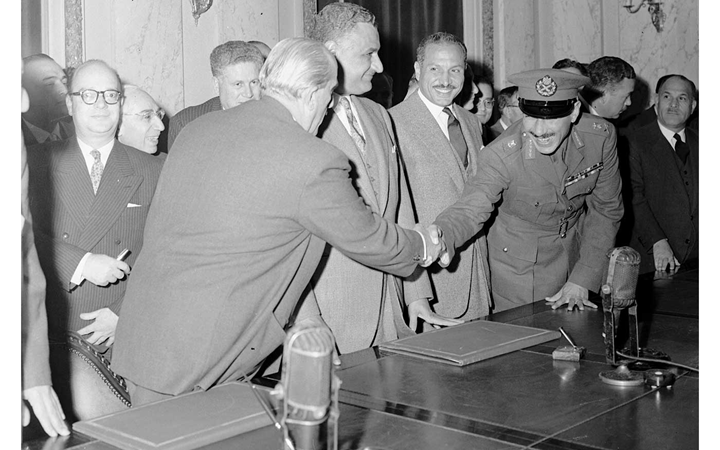 القاهرة 1958- الرئيسانجمال عبد الناصر وشكري القوتليأثناء التوقيع على ميثاق الوحدة (1)