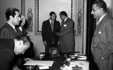 صورة القاهرة 1955 – جمال عبد الناصر يستقبل الفنان فريد الأطرش (2)