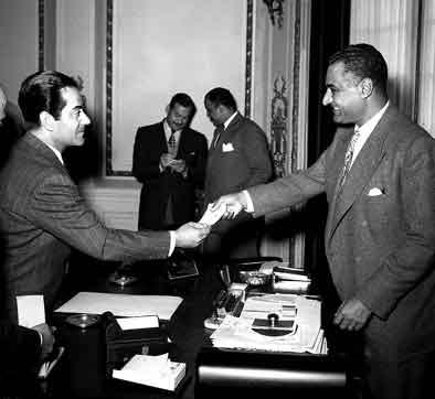 القاهرة 1955 - جمال عبد الناصر يستقبل الفنان فريد الأطرش (3)