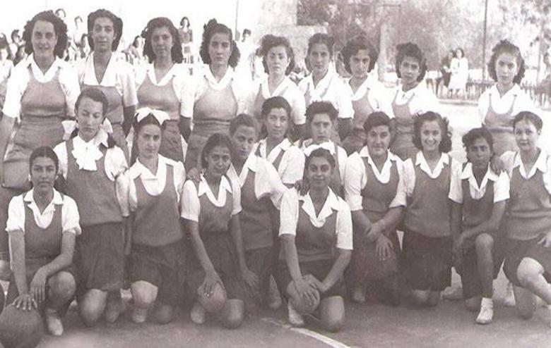 فريق بنات نادي النهضة مع فريق الكلية العلمية الوطنية - عام 1949