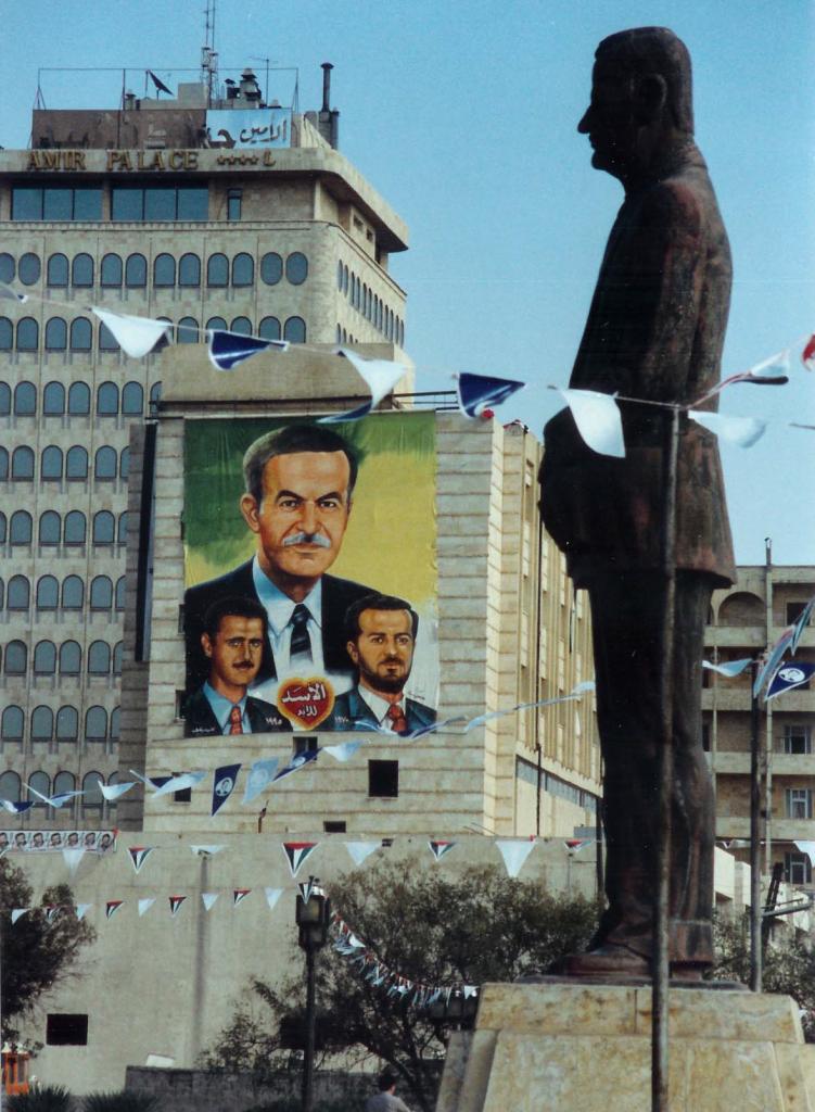 تمثال لـ حافظ الأسد في حلب عام 1994