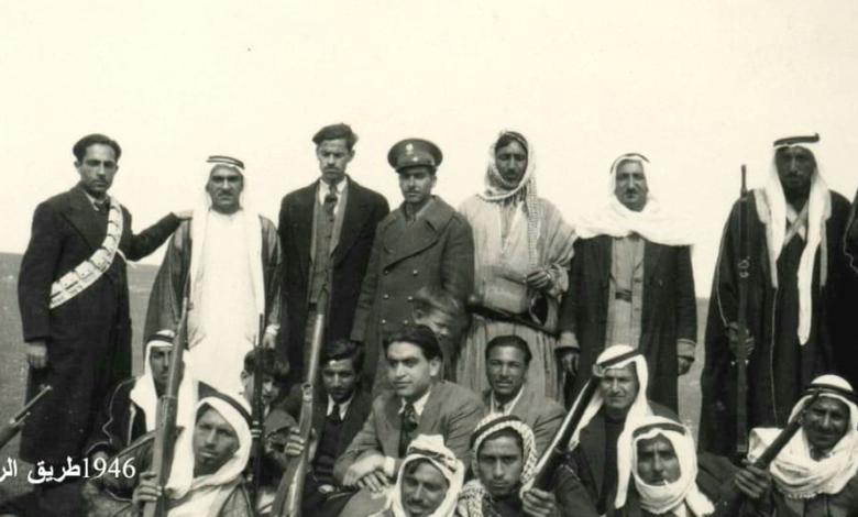 صورة عبد السلام العجيلي مع بعض أبناء العشائر والهجانة عام 1946