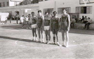 صورة منتخب جامعة دمشق بكرة السلة على أرض ملعب النادي الأهلي بالقاهرة 1969م