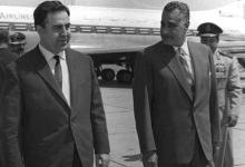 صورة جمال عبد الناصر يستقبل نور الدين الأتاسي بمطار القاهرة (2)