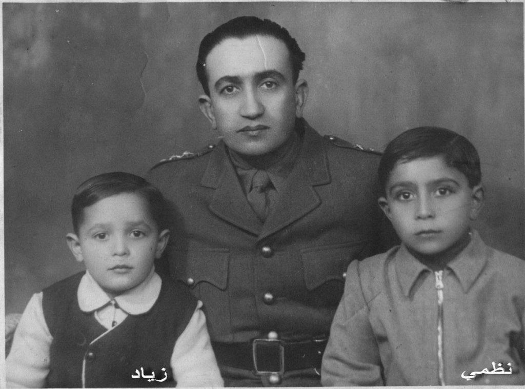 النقيب توفيـق نظـام الديـن مع ولديـه نظمي وزيـاد 1947