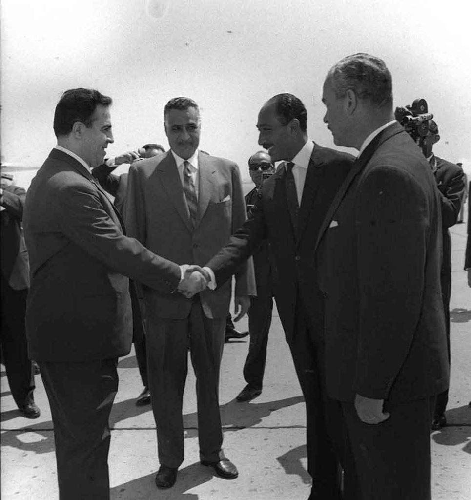 جمال عبد الناصر يستقبل نور الدين الأتاسي بمطار القاهرة (4)