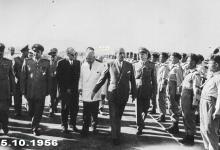 صورة شكري القوتلي يستعرض حرس الشرف في مطار حلب عام 1956 (4)