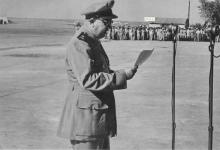 صورة توفيق نظام الدين يلقي كلمة في حفل تخريج ضباط القوى الجوية 1956م (2)