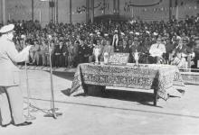 صورة توفيق نظام الدين يلقي كلمة في حفل تخريج ضباط القوى الجوية 1956م (1)
