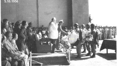 صورة توفيق نظام الدين مع خريجي دورة ضباط القوى الجوية عام 1956