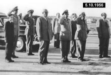 صورة شكري القوتلي في مطار حلب بعد إنتهاء حفل تخريج دورة ضباط القوى الجوية 1956 (2)