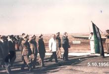صورة شكري القوتلي يستعرض حرس الشرف في مطار حلب عام 1956 (1)