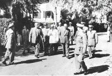 صورة شكري القوتلي والوفد المرافق بعد إنتهاء حفل تخريج دورة ضباط القوى الجوية عام 1956م (2)