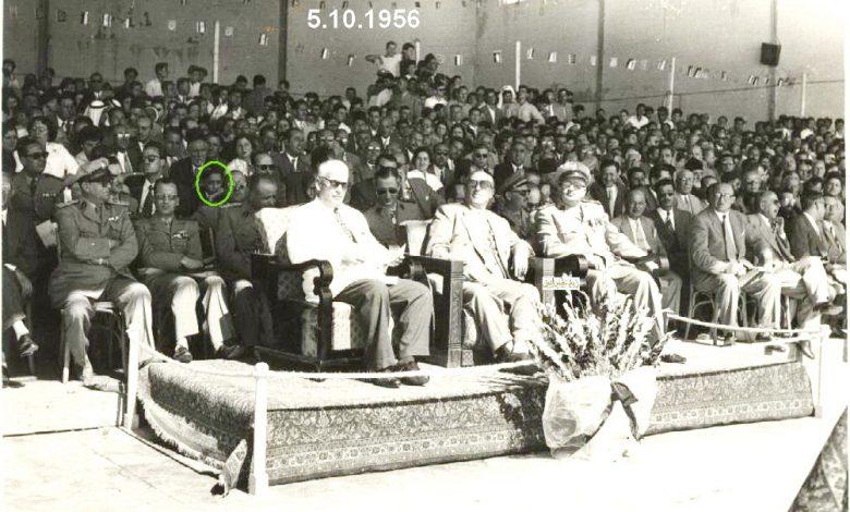 صورة شكري القوتلي يشاهد العرض العسكري في حفل تخريج دورة ضباط للقوى الجوية عام 1956