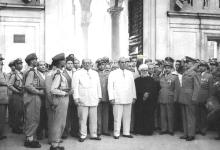 صورة شكري القوتلي أمام المسجد الأموي بعد أداء صلاة عيد الأضحى عام 1957