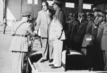 صورة شكري القوتلي مع خريجي دورة ضباط القوى الجوية عام 1956 (1)