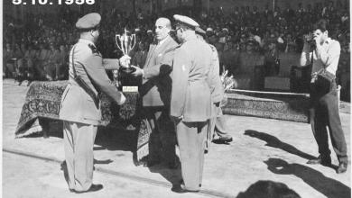 صورة شكري القوتلي يسلم كأس دورة ضباط القوى الجوية عام 1956