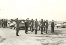 صورة شكري القوتلي في مطار حلب بعد إنتهاء حفل تخريج دورة ضباط القوى الجوية 1956 (1)