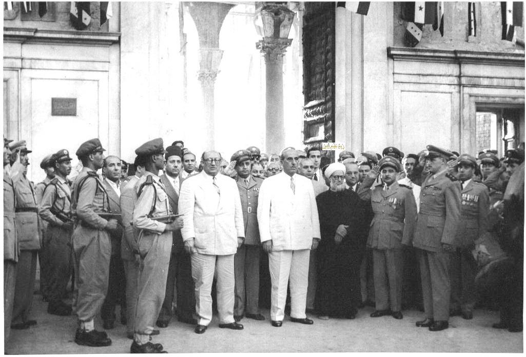 شكري القوتلي أمام المسجد الأموي بعد أداء صلاة عيد الأضحى عام 1957