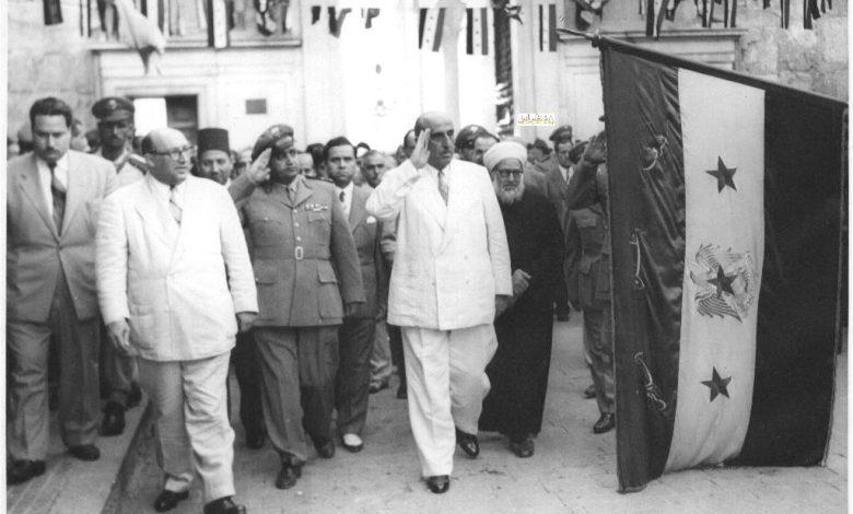 صورة شكري القوتلي وصحبه يحيون العلم السوري أمام المسجد الأموي 1957