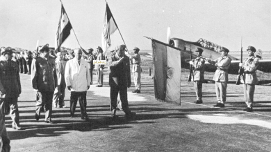 صورة شكري القوتلي يستعرض حرس الشرف في مطار حلب عام 1956 (2)