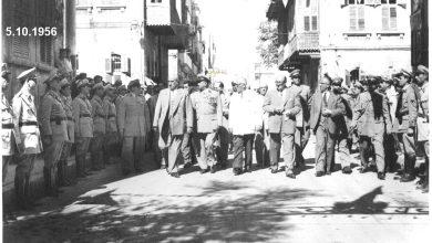 صورة شكري القوتلي والوفد المرافق بعد إنتهاء حفل تخريج دورة ضباط القوى الجوية عام 1956م (1)