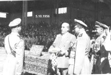 صورة شكري القوتلي مع الخريج الأول في دورة ضباط القوى الجوية عام 1956