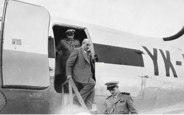 صورة شكري القوتلي وتوفيق نظام الدينأثناء النزول من الطائرة في مطار حلب عام 1956م