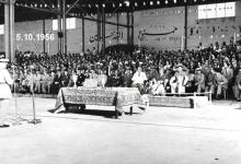 صورة مدير الكلية الجوية يلقي كلمة في حفل تخريج ضباط القوى الجوية 1956م