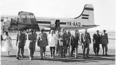 صورة شكري القوتلي في مطار حلب بعد النزول من الطائرة في تشرين الأول عام 1956م