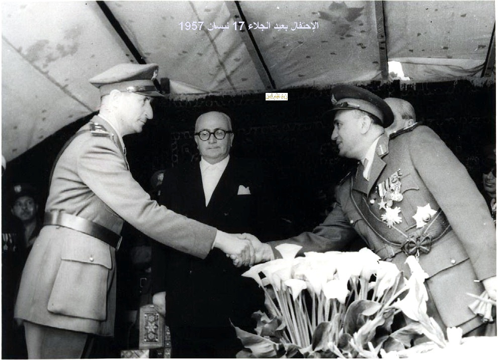 آرام كرموكيان يلقي التحية على توفيق نظام الدين - احتفال عيد الجلاء 1957 (13)