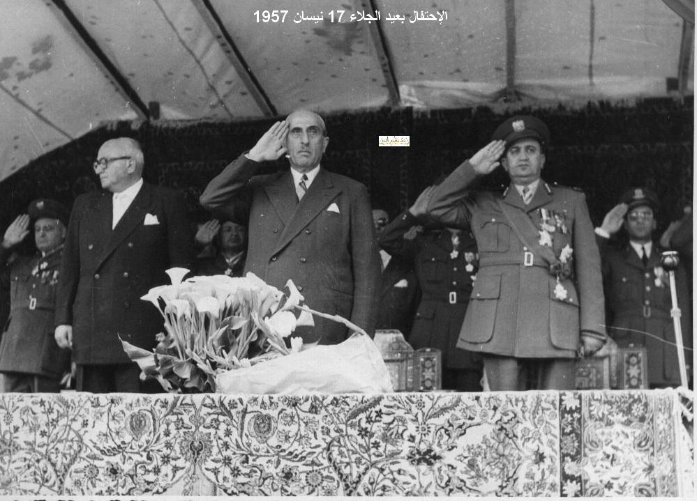 أداء التحية أثناء مرور مواكب العرض - احتفال عيد الجلاء 1957 (15)