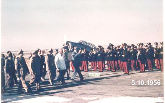 صورة شكري القوتلي يستعرض حرس الشرف في مطار حلب عام 1956 (3)