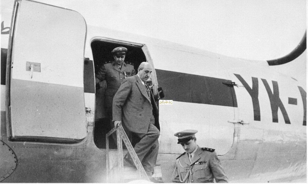 شكري القوتلي وتوفيق نظام الدينأثناء النزول من الطائرة في مطار حلب عام 1956م