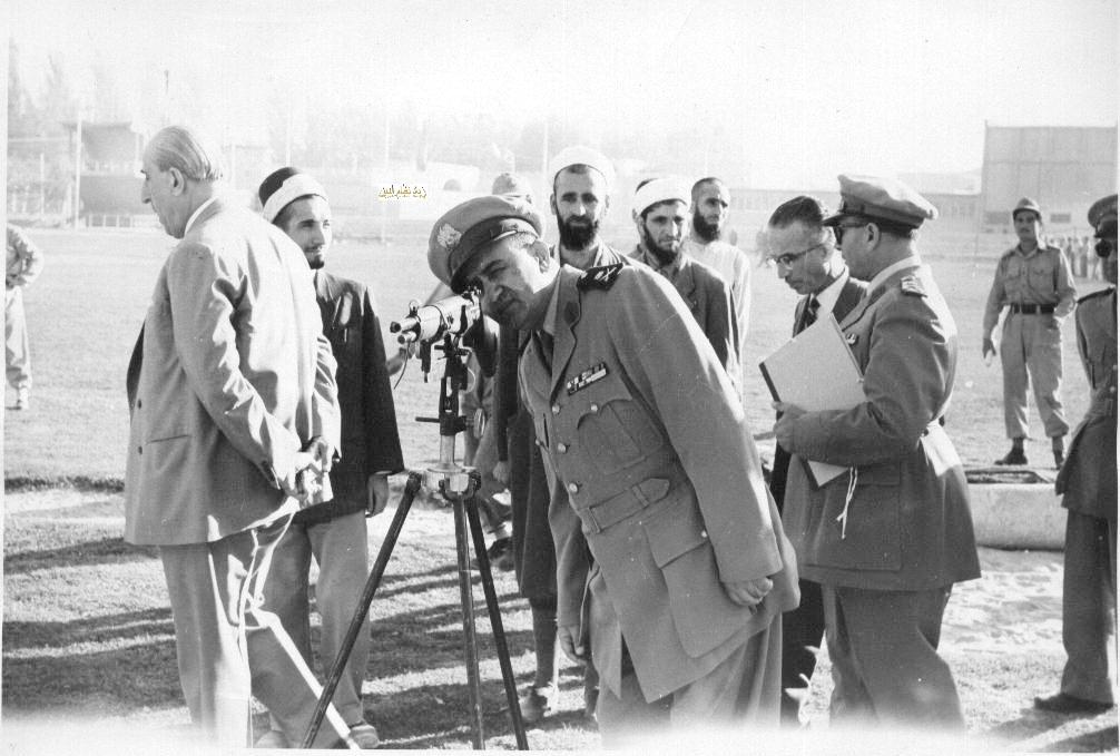 شكري القوتلي وتوفيق نظام الدين  في زيارة لأحـد مواقـع تدريب المقاومـة الشعبيـة 1956 (11/11)