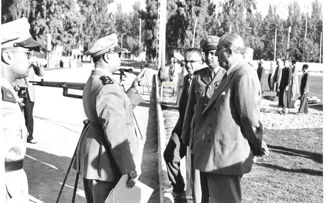 صورة شكري القوتلي في زيارة لأحـد مواقـع تدريب المقاومـة الشعبيـة 1956 (11/6)
