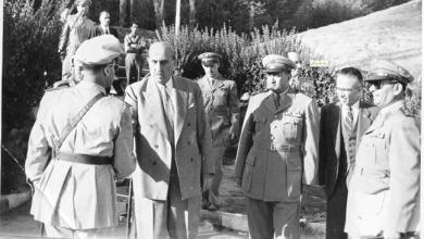 صورة شكري القوتلي في زيارة لأحـد مواقـع تدريب المقاومـة الشعبيـة 1956 (11/1)
