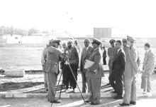 صورة شكري القوتلي في زيارة لأحـد مواقـع تدريب المقاومـة الشعبيـة 1956 (11/8)