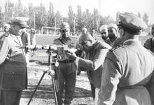 صورة شكري القوتلي في زيارة لأحـد مواقـع تدريب المقاومـة الشعبيـة 1956 (11/9)